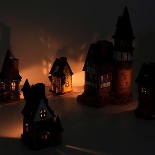 Keramik Lichthäuser bei Kerzenschein von schräg oben