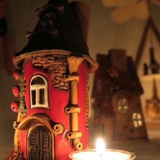 Rotes Keramik Lichthaus mit Teelichtern