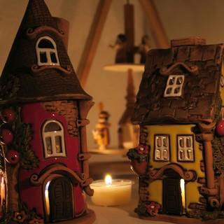 Gelbes und rotes Keramik Lichthaus vor Pyramide Weihnachten